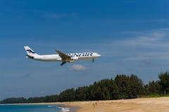 Voies aériennes avion, Airbus 333 de Finnair, débarquant à l'airpo de phuket Photo libre de droits
