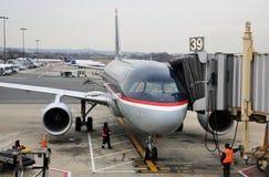 Voies aériennes Boeing 737 des USA approvisionnant à l'aéroport Image libre de droits