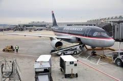 Voies aériennes Boeing 737 des USA approvisionnant à l'aéroport Photo libre de droits