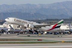 Voies aériennes Boeing d'émirats 777 avions décollant de l'aéroport international de Los Angeles Photographie stock libre de droits