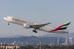 Voies aériennes Boeing d'émirats 777 avions décollant de l'aéroport international de Los Angeles Images libres de droits