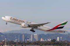 Voies aériennes Boeing d'émirats 777 avions décollant de l'aéroport international de Los Angeles Image stock