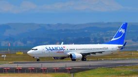 Voies aériennes Boeing 737-800 du Samoa roulant au sol à l'aéroport international d'Auckland Images libres de droits