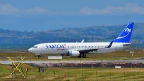 Voies aériennes Boeing 737-800 du Samoa roulant au sol à l'aéroport international d'Auckland Image stock