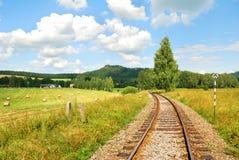 Voies de chemin de fer dans une belle campagne Photo libre de droits