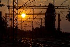 Voies de chemin de fer et lignes aériennes au coucher du soleil, Sremska Mitrovica, Serbie Photo libre de droits