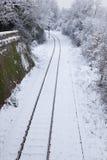 Voies de chemin de fer et lumière d'arrêt couvertes par neige Image stock