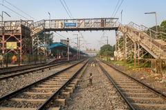 Voies de chemin de fer et overbridge manuel à la gare ferroviaire de jardins de lac, Kolkata, Inde Images stock