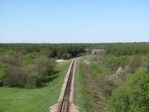 Voies de chemin de fer dans une scène rurale avec le train Image libre de droits