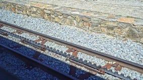 Voies de chemin de fer de dent dans le mouvement Train de Cremallera de Nuria dans les Pyrénées espagnols banque de vidéos