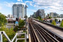 Voies de chemin de fer et ciel bleu élevés en été photo libre de droits