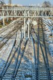 Voies de chemin de fer et traction électrique pendant l'hiver Photos libres de droits