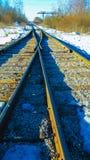 Voies de chemin de fer, rails fonctionnant loin dans la distance photo stock