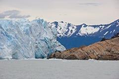 Voies de glacier se déplaçant au-dessus des roches photo libre de droits