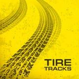 Voies de pneu sur le jaune Images stock