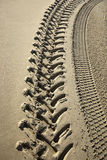Voies de pneu sur une plage Images stock