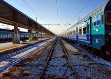 Voies de train à la station Photo stock