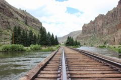 Voies de train fonctionnant par les montagnes image libre de droits