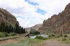 Voies de train fonctionnant par les montagnes photo stock