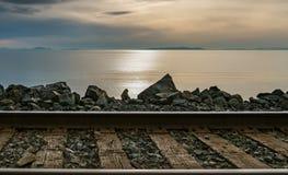 Voies de train par l'océan pacifique Photographie stock libre de droits