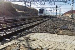 Voies de train près de la station images stock