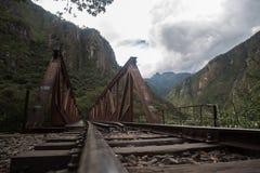 Voies de train vers des ruines d'Inca de Machu Picchu au Pérou Photographie stock libre de droits