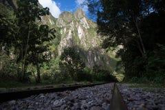 Voies de train vers des ruines d'Inca de Machu Picchu au Pérou Photo stock