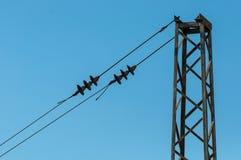 Voies ferrées avec le système ferroviaire d'électrification Ligne aérienne fil au-dessus de voie ferroviaire Lignes électriques I Images stock