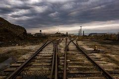 Voies ferrées de divergence à la fonderie abandonnée photos stock