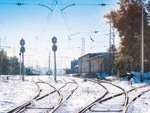 Voies ferrées fonctionnant à la petite station bloquée par la neige L'hiver Images libres de droits