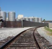 Voies ferroviaires menant à l'ensemble industriel Photos stock