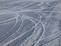 Voies inclinées de ski sur la pente de ski Image libre de droits