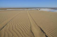 Voies sur une dune de sable. Image stock