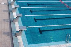 Voies vides dans la piscine de sports images libres de droits