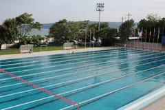 Voies vides dans la piscine de sports photographie stock libre de droits