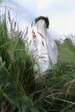 Voile blanc caché par fille fantôme de la jeune mariée photographie stock libre de droits