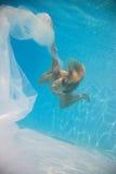 Voile blanc de femme sous-marin image stock