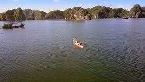Voile d'homme et de femme de manière de croix de bateau de pêche de kayak dans la baie clips vidéos