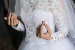 Voile dans les mains de la jeune mariée Image libre de droits