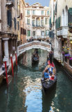 Voile de gondoles sur le canal à Venise Photo stock