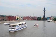 Voile de plusieurs bateaux sur la rivière de Moscou Photographie stock libre de droits