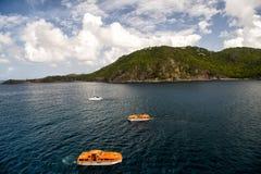 Voile et bateaux oranges naviguant sur l'eau de mer dans les Frances Photos libres de droits