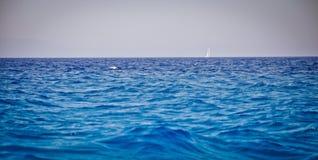 Voile et la mer Image libre de droits
