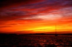 Voile-loin de coucher du soleil Images stock