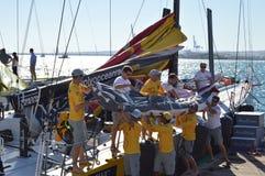Voiles changées sur le bateau Abu Dhabi de course d'océan de Volvo Images libres de droits