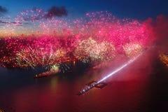 Voiles d'écarlate de salut Le salut de fête est grandiose Pyrotechnie de feux d'artifice images libres de droits