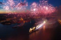 Voiles d'écarlate de salut Le salut de fête est grandiose Pyrotechnie de feux d'artifice photo stock