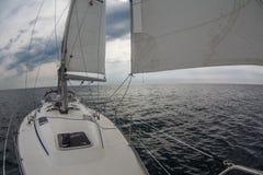 Voiles d'uder de yacht de navigation Photo libre de droits