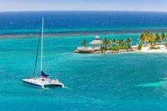 Voiles de catamaran sur les Caraïbe Photographie stock libre de droits