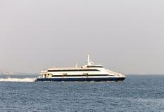 Voiles de ferry dans le Tage image stock